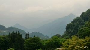 西には、城山と飯盛山が観えます。